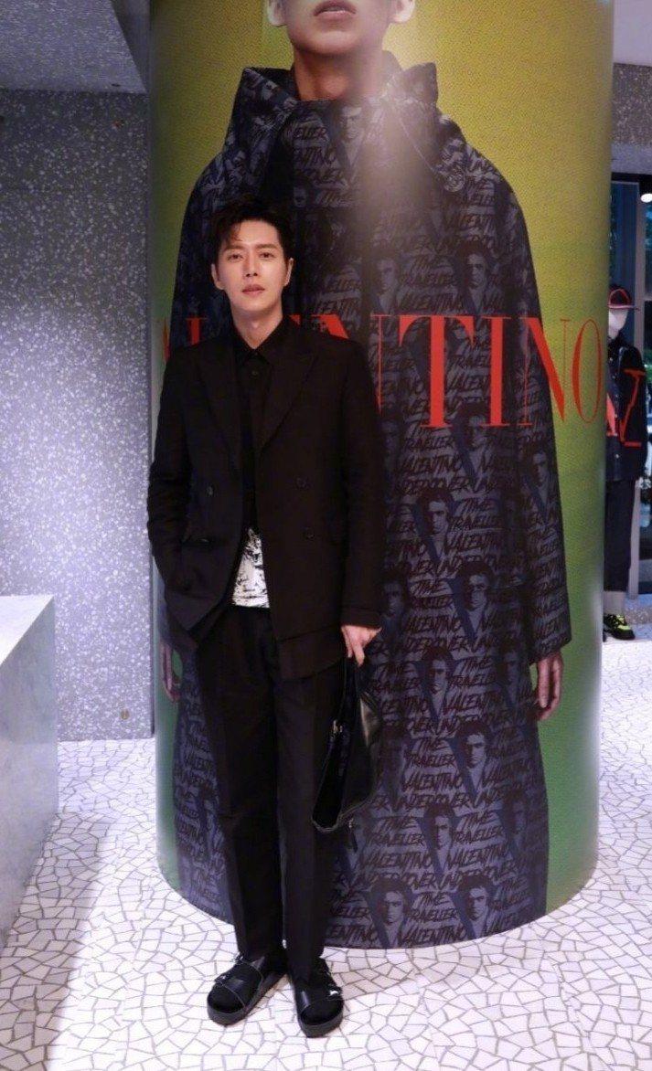 韓國男星朴海鎮穿Valentino x Birkenstock鞋款。圖/摘自微博