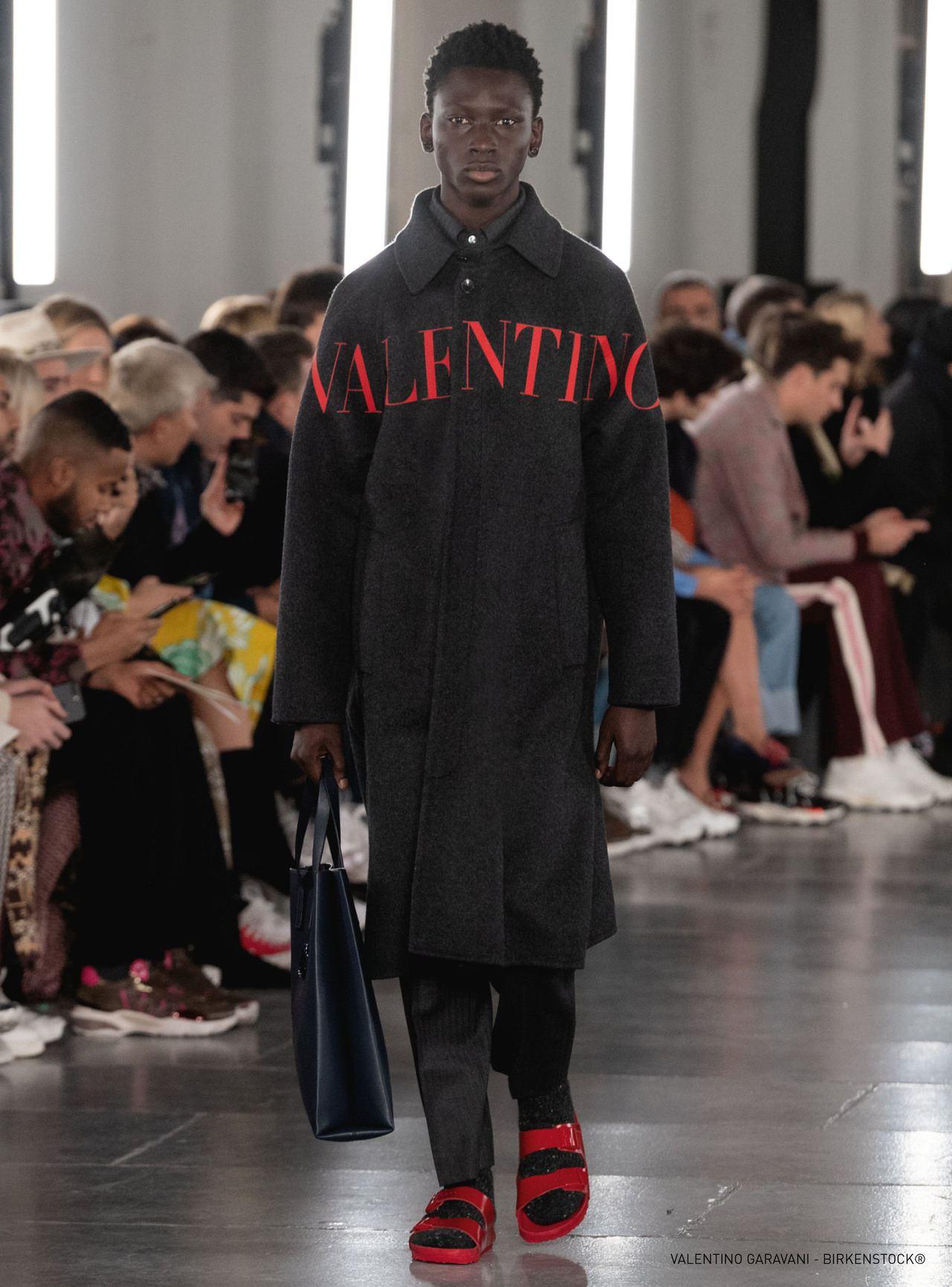 Valentino x Birkenstock系列以Arizona涼鞋推出兩雙聯...