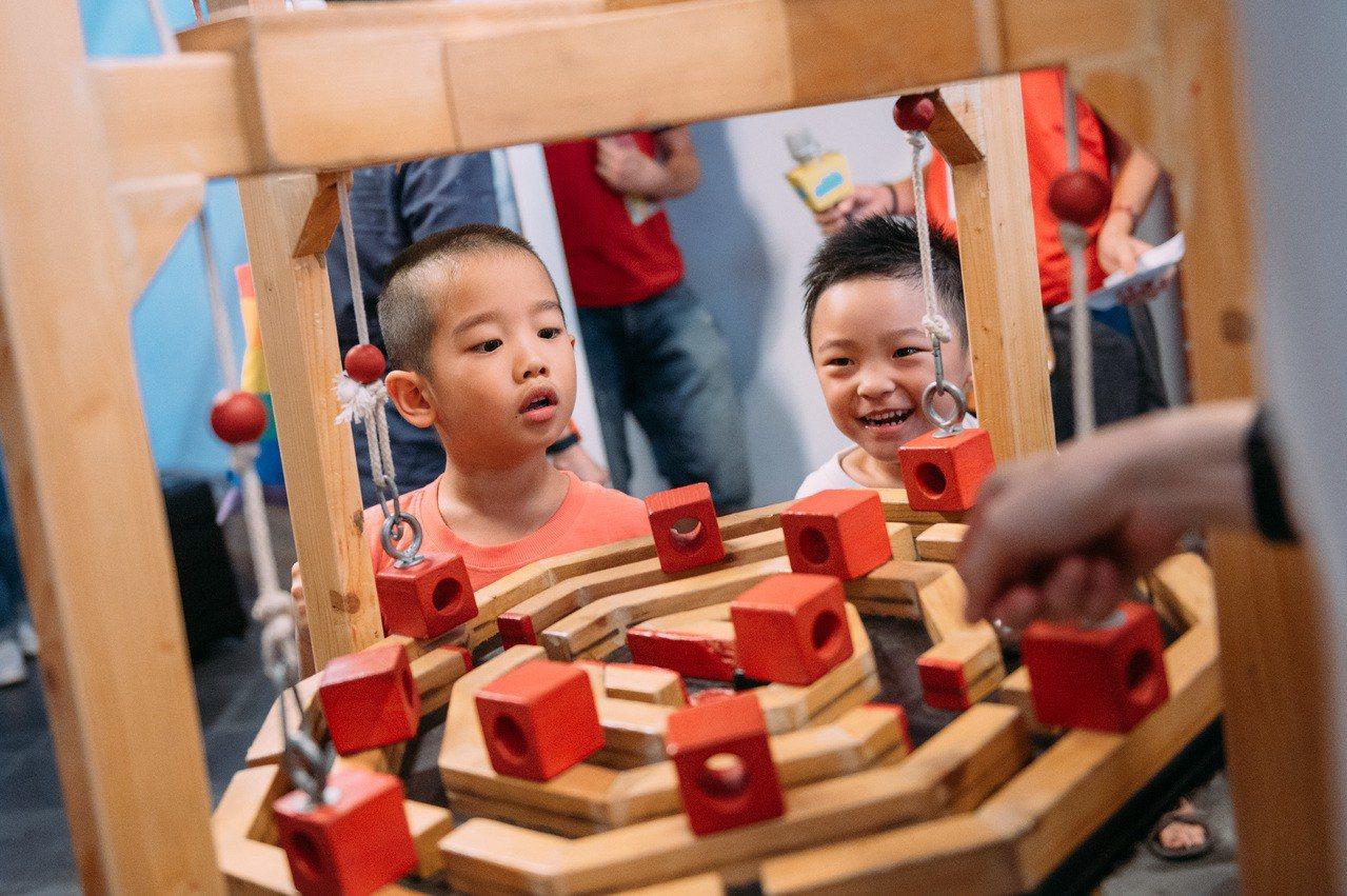 台北兒童藝術節展覽《疊疊塔大挑戰》互動式展品。圖/台北兒藝節提供
