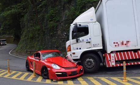 車不是這樣開的!Porsche逆向撞大貨車 司機無端受害