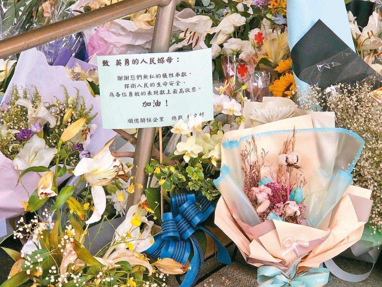 許多民眾不捨警員李承翰過世,到鐵路警察局嘉義派出所致上鮮花。本報資料照片