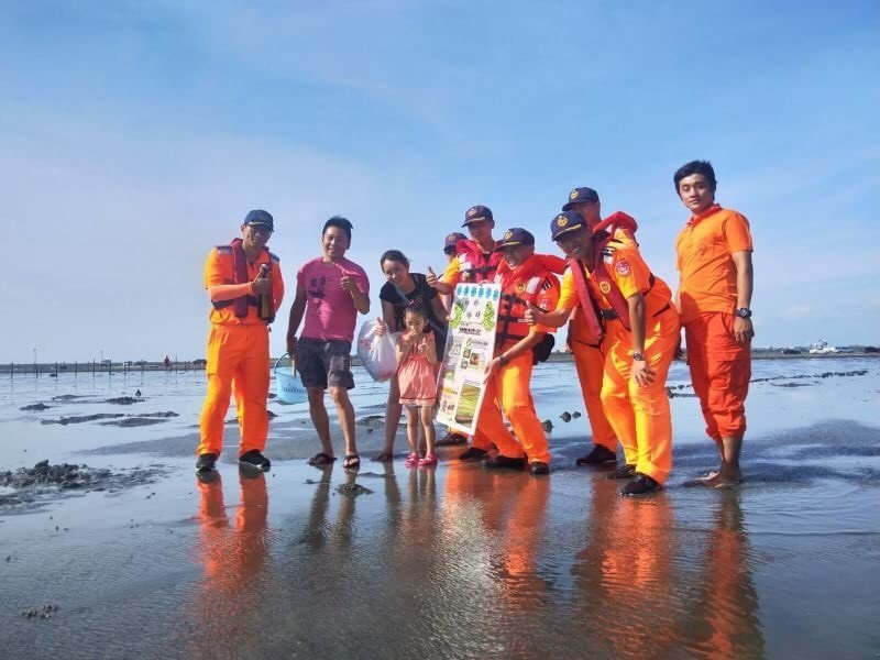 海巡署暑假期間,聯合救難單位在中部海岸宣導並防護民眾戲水安全。圖/海巡署提供