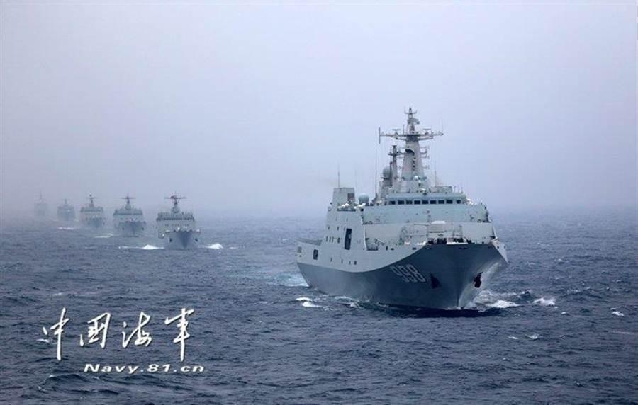 圖為中共海軍艦隊編隊航行。取自中國海軍
