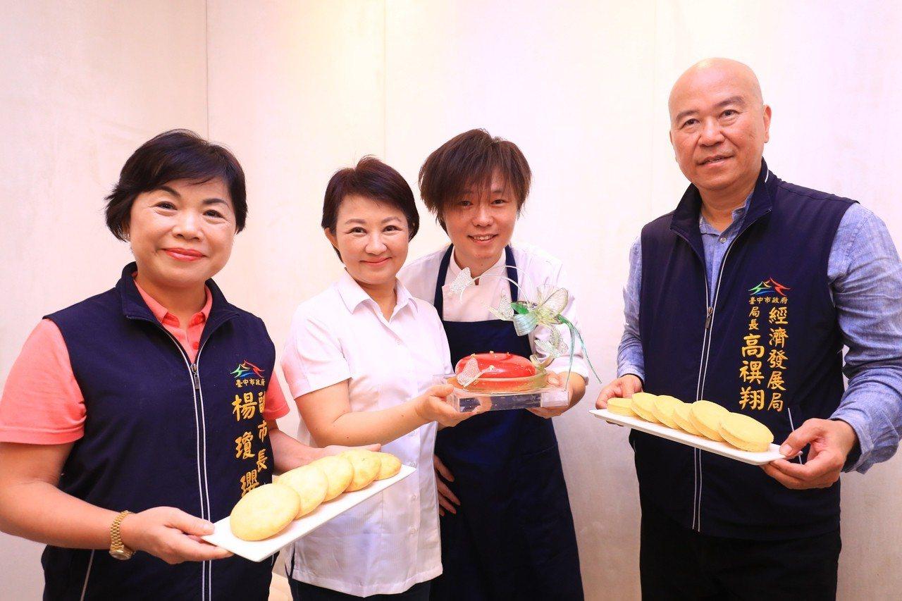 獲得2014年世界廚師協會舉辦的全球甜點廚師大賽甜點冠軍的陳立喆(右二)最近在台...
