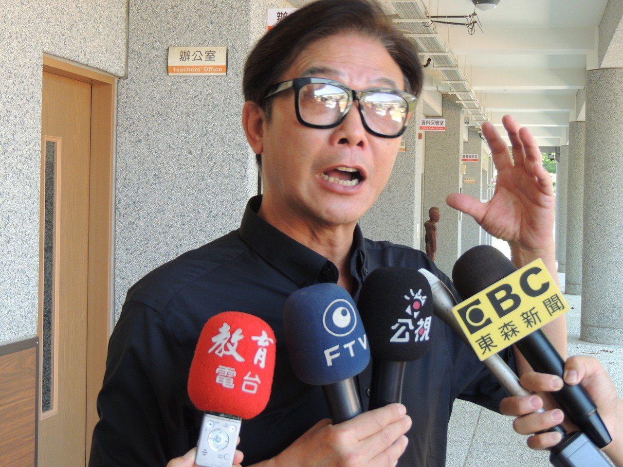 港星錢小豪專程從香港台灣,今天上午趕到台東送陳爸最後一程。記者羅紹平/攝影