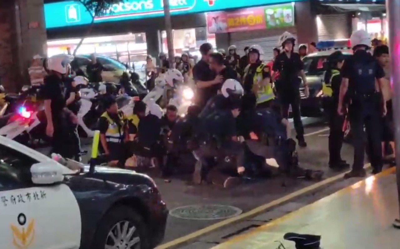 快打警力獲報趕抵現場支援,壓制逮捕襲警的5名醉漢。圖/民眾提供