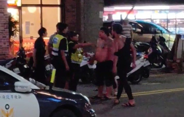 5名醉漢涉嫌攻擊警員。圖/民眾提供