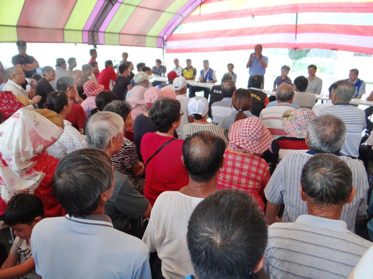 儘管下大雨,但仍有不少村民出席協調會,並強烈抨擊金海龍化製廠長期傳出惡臭,讓村民...