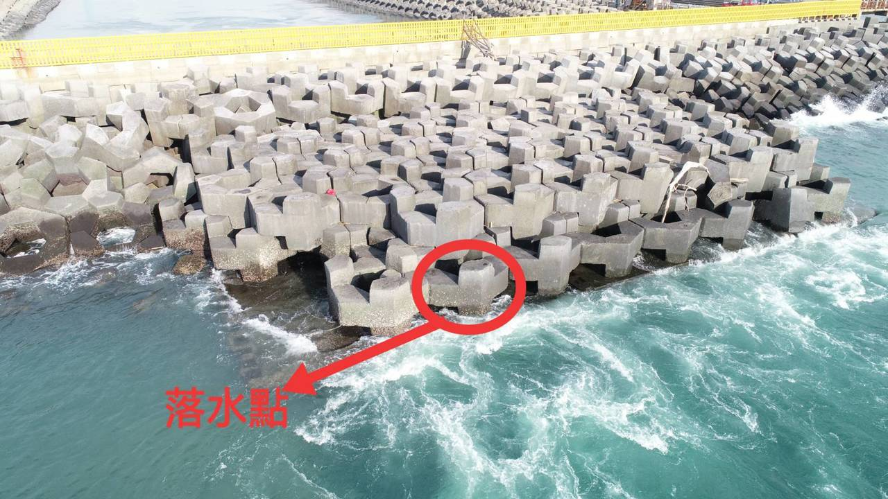 台中火力發電廠出水口有人落海失蹤,警消今天找到遺體。記者游振昇/翻攝