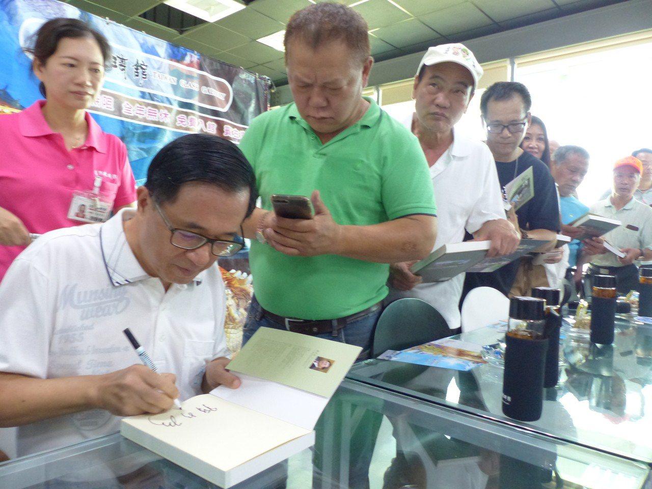 保外就醫的前總統陳水扁,今天上午到彰化縣彰濱工業區台灣玻璃博物館舉辦簽書會,受到...