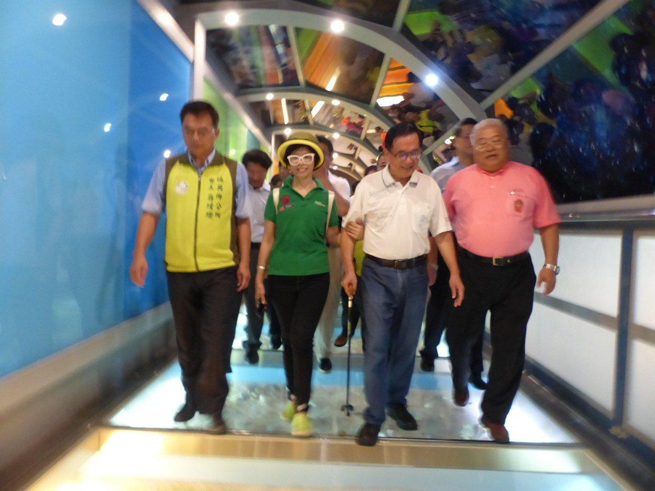 保外就醫的前總統陳水扁,今天上午到彰化縣彰濱工業區台灣玻璃博物館舉辦簽書會,並參...