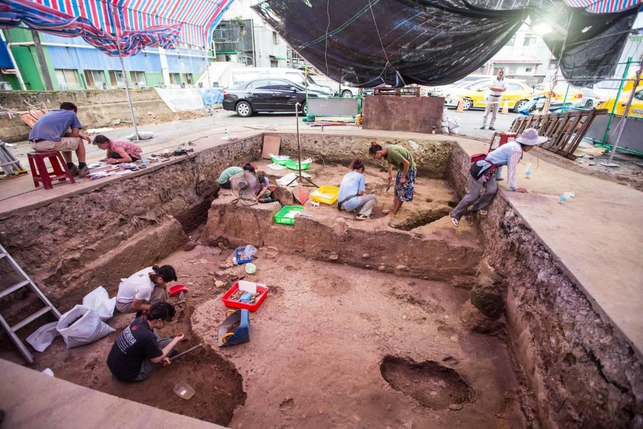 基隆市和平島平一路停車場的聖薩爾瓦多城暨修道院考古發掘,今年再發掘出6個墓葬,其...