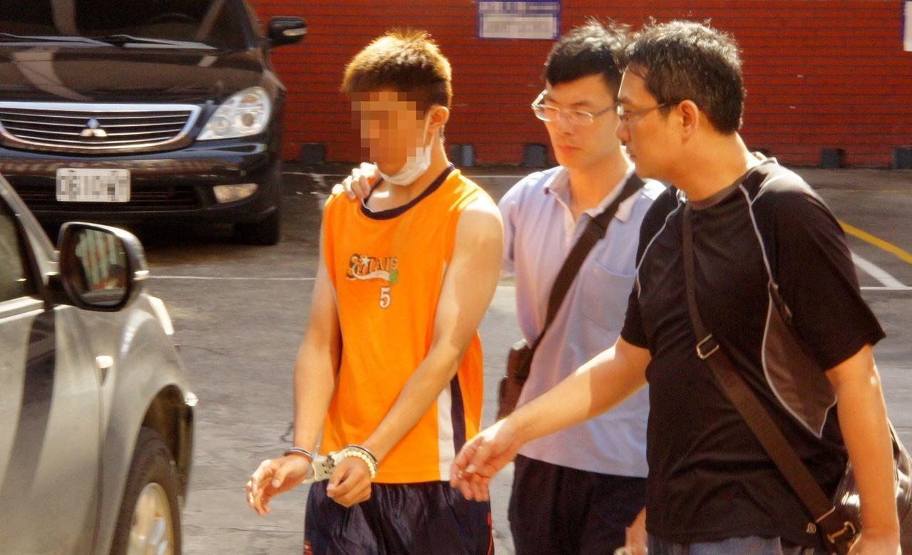 韓姓男子(左)昨天涉刺殺鄭姓女友母親。記者林保光/攝影