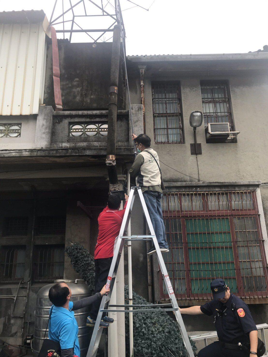 台南市防疫人員針對屋頂天溝進行防疫,過程辛苦。圖/衛生局提供