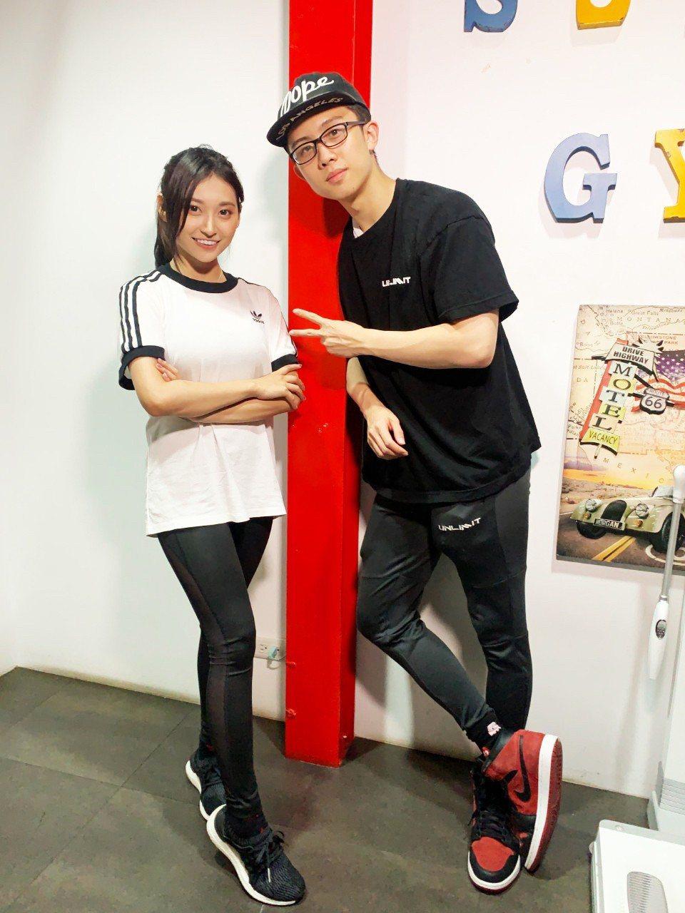 祈錦鈅(左)、孫安佐合作拍攝健身影片。圖/固力狗娛樂提供