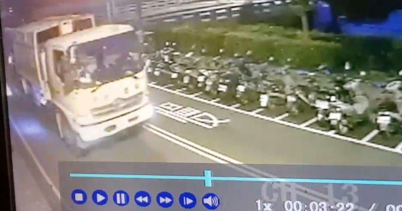 台中市張姓清潔公司司機今天清晨4時許,開垃圾車行經南區建國北路時,左轉疑因視線死...