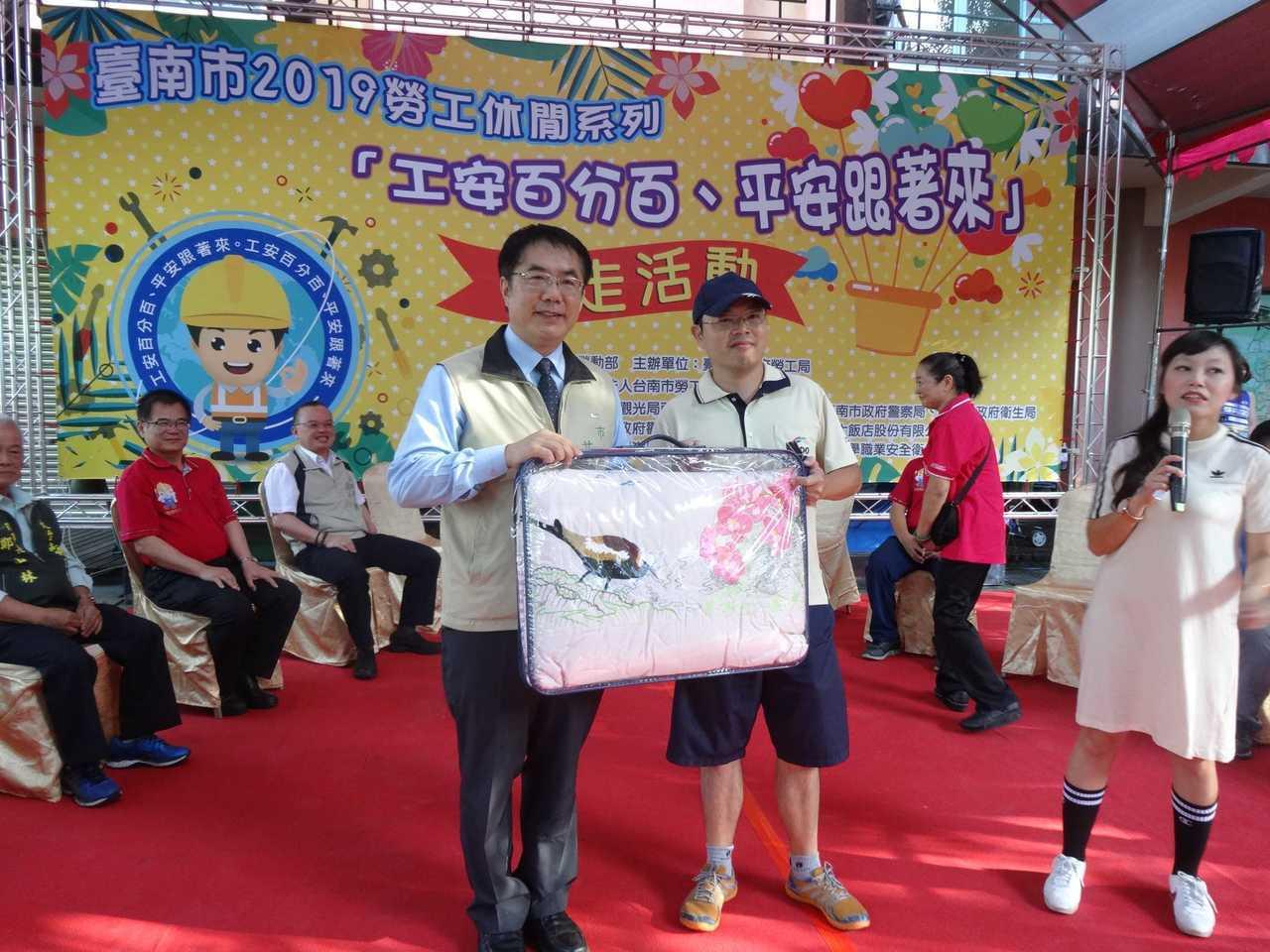 台南市長黃偉哲出席應邀抽獎。記者謝進盛/攝影