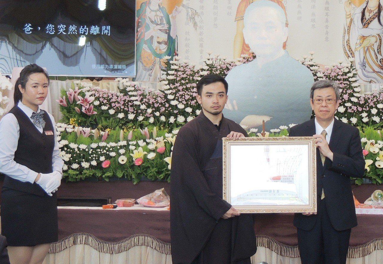 副統陳建仁(右)代表總統府致贈陳爸褒揚令由陳爸長子代表接受。記者羅紹平/攝影