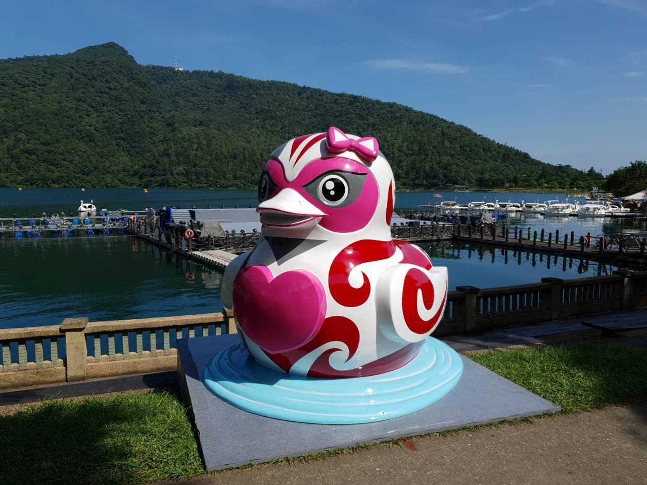 優席夫創作「微笑的鴨子」,希望讓來到花蓮鯉魚潭的旅客,可以分享這份喜悅。圖/花蓮...