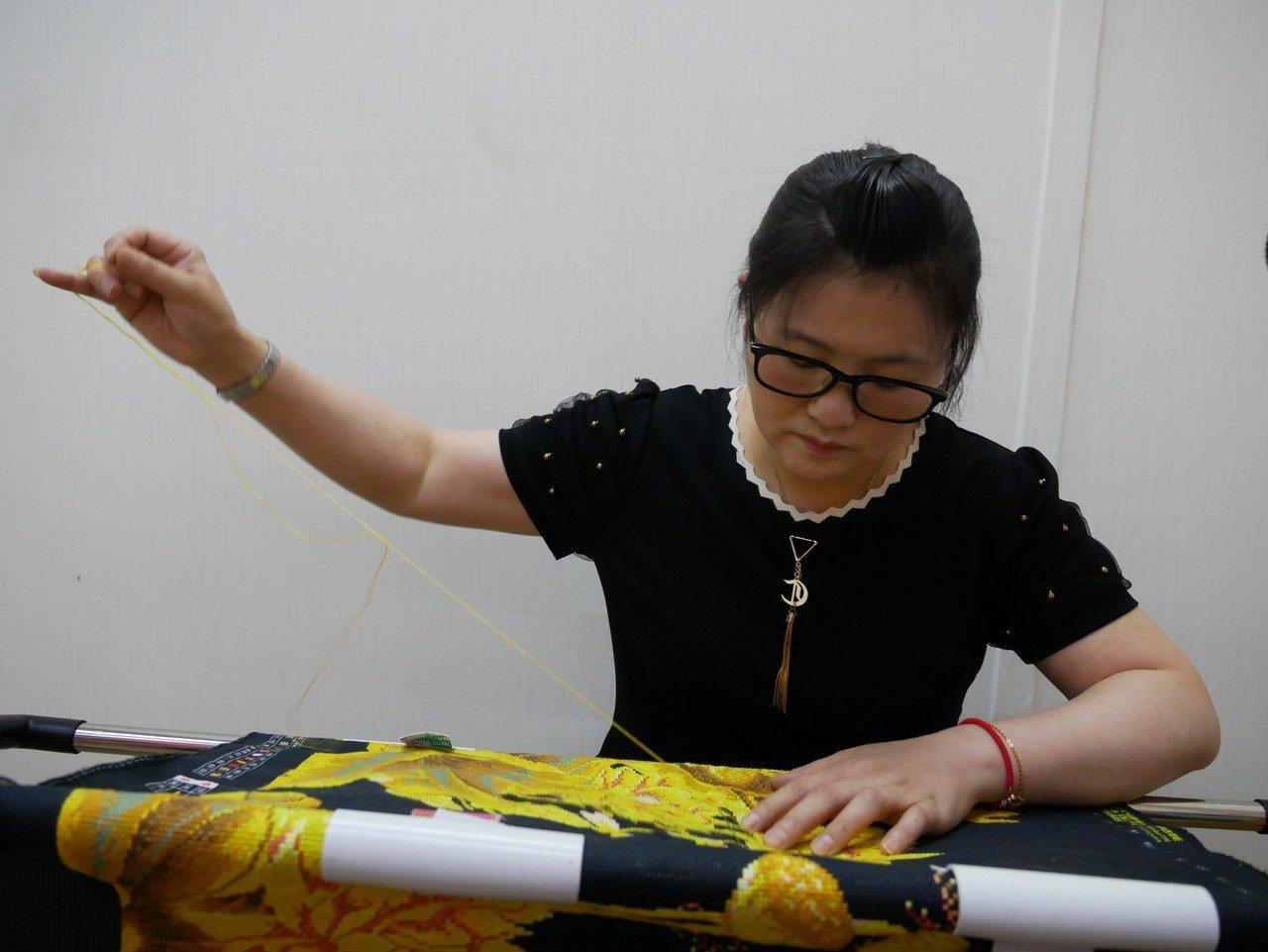 40幾歲的大陸四川新住民肖玉玲,從小隨母親學習十字繡,結婚後跟著老公到新北市三重...