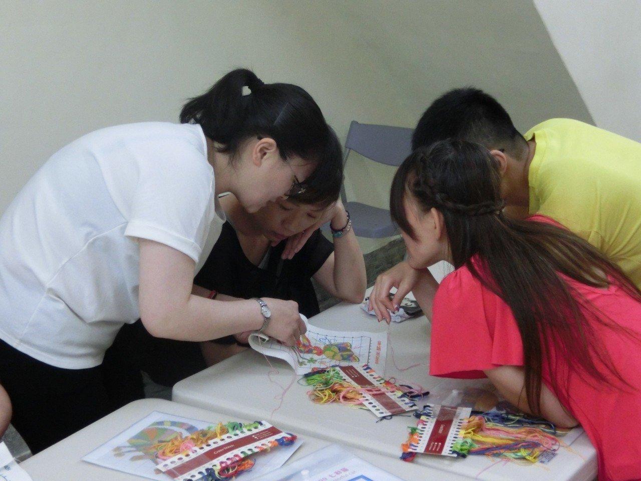為了讓更多人認識十字繡,本月21日及8月18日將舉辦4場免費體驗課程活動。圖/新...