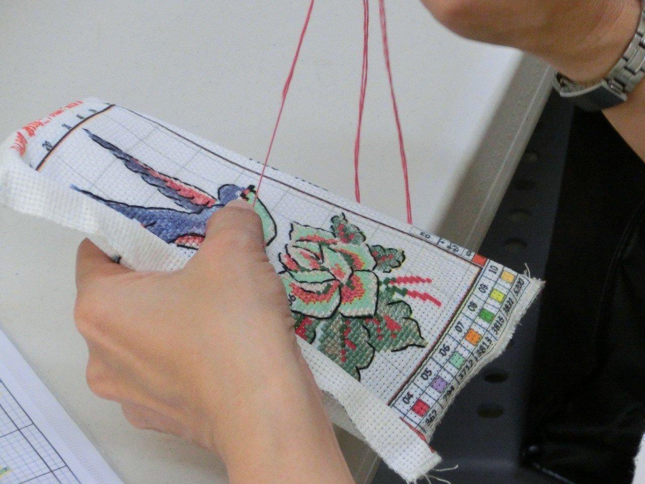 十字繡是一種歷史悠久的繡法,以一連串交叉十字,在布面上交織成色彩豐富鮮豔的花紋圖...