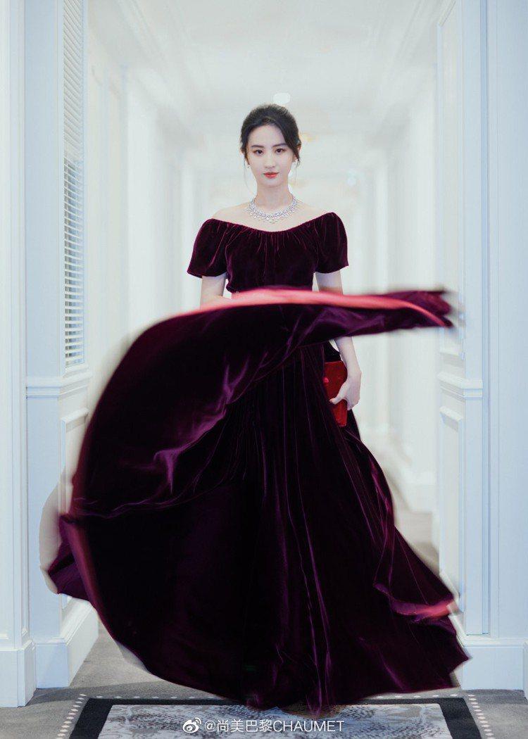 呼應展覽主題,劉亦菲還換上酒紅色絲絨復古禮服,並配戴了Joséphine Aig...