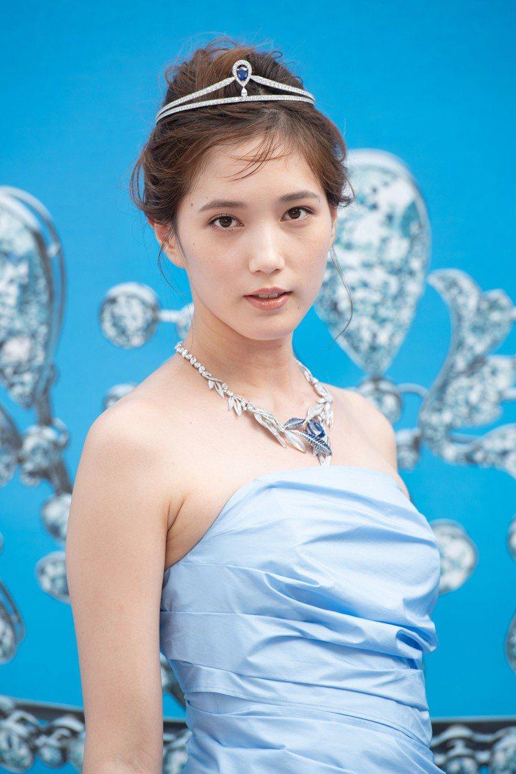 日本女星本田翼以水藍色禮服,搭配Chaumet鑽石冠冕與項鍊,現身皇室情緣珍寶藝...