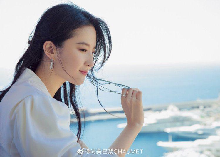 「神仙姐姐」劉亦菲,在造訪品牌工坊時搭配Chaumet耳環及戒指,並襯著摩納哥的...