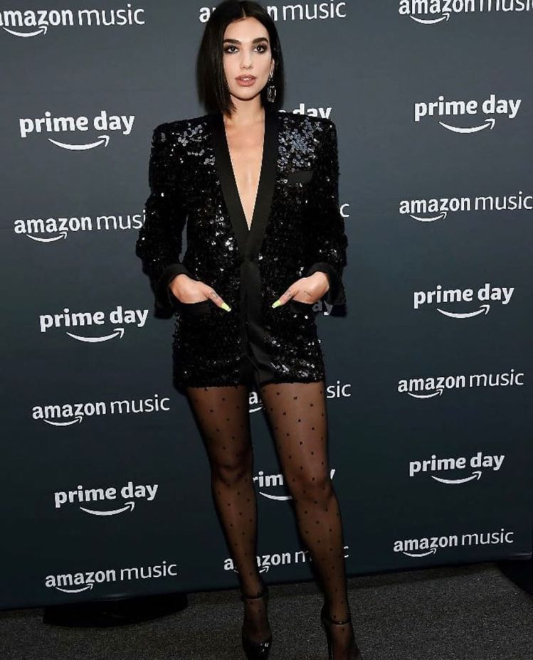 人氣女歌手杜娃黎波穿Saint Laurent黑色深V剪裁雙口袋亮片西裝洋裝。圖...