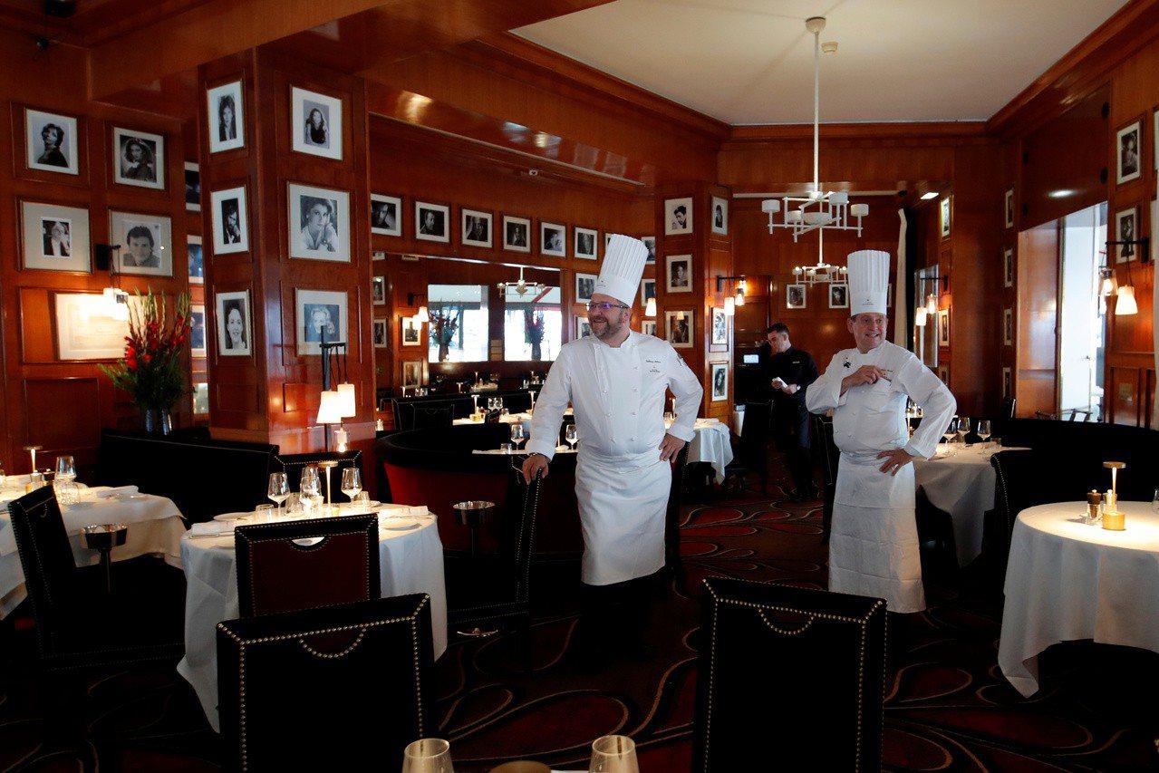 法國知名餐廳Fouquet's將在14日重新開張,大廚們在前一天已準備就緒。路透