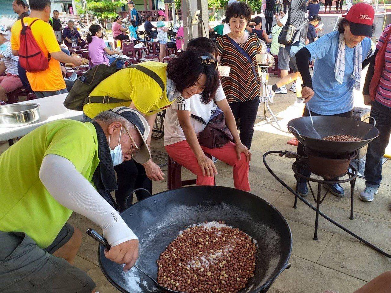 炒土豆比賽大展身手,參賽者把3斤土豆炒到又香又好吃。 圖/五結鄉公所提供