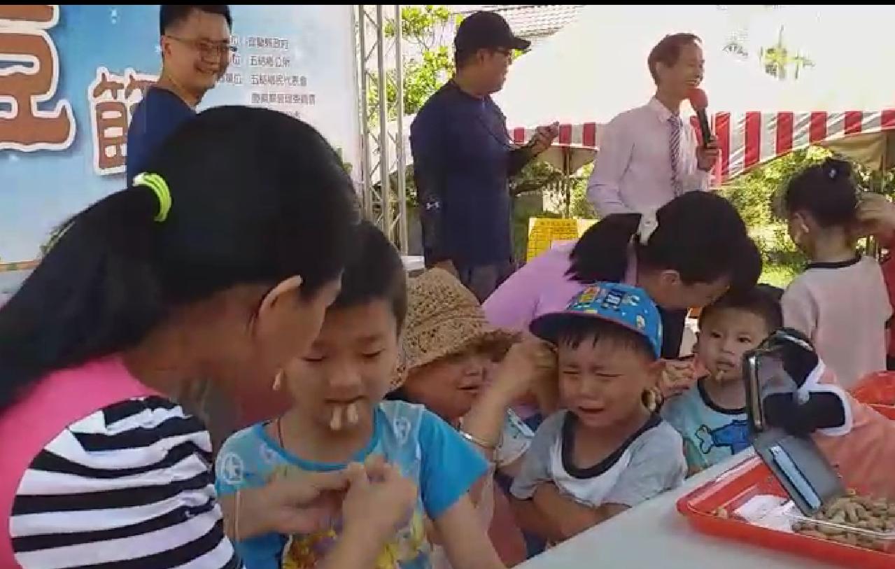 媽媽把土豆殼夾滿小孩的臉,惹來爆笑,不過小小孩第一次嘗試被夾的滋味,緊張皺哭一張...