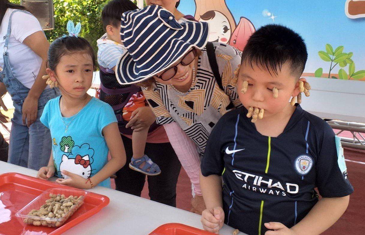 媽媽把土豆殼夾滿小孩的臉,惹來爆笑。圖/五結鄉公所提供