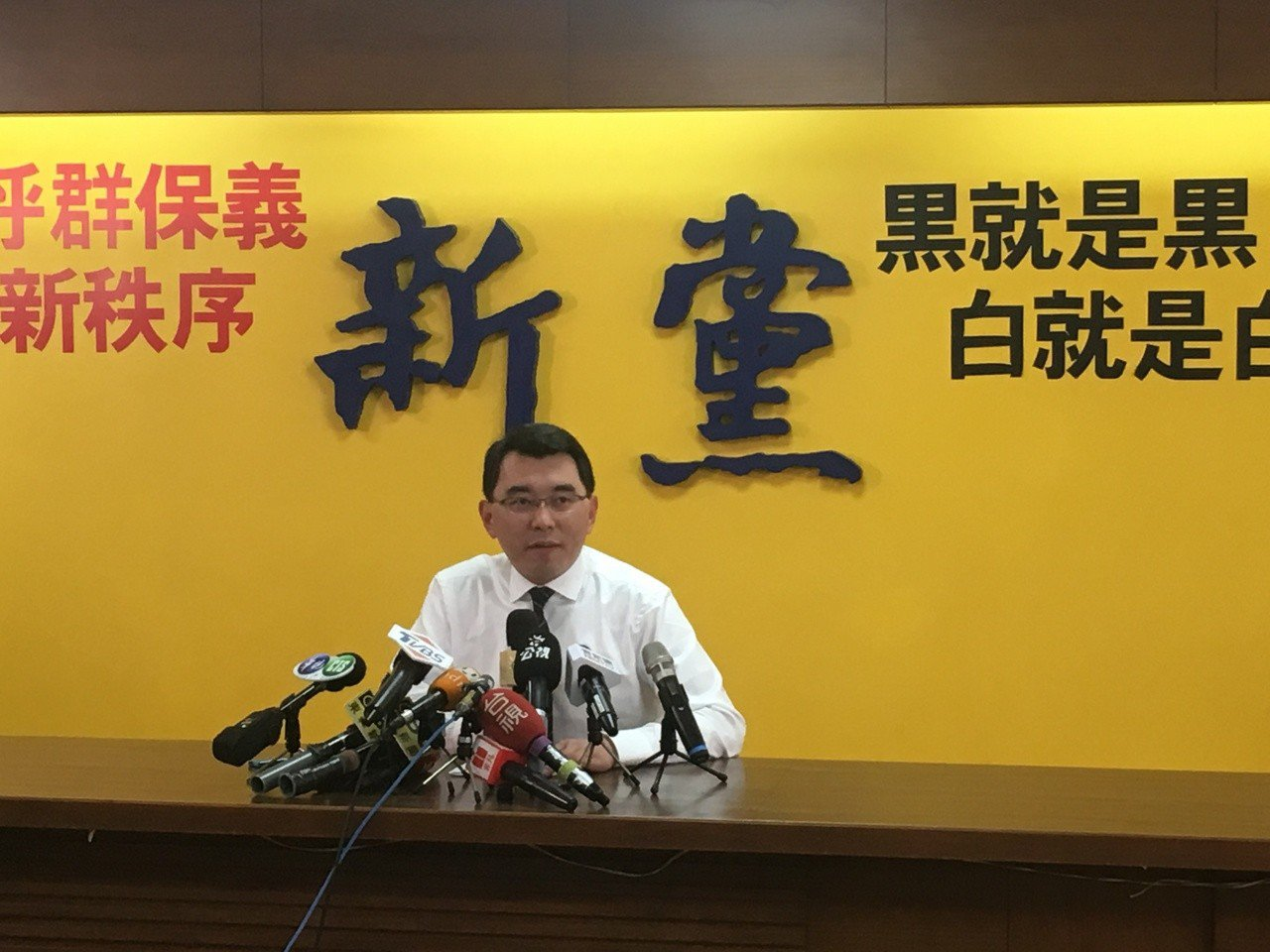 楊世光舉行記者會,要與黃國昌「對賭雞排」。記者程嘉文/攝影