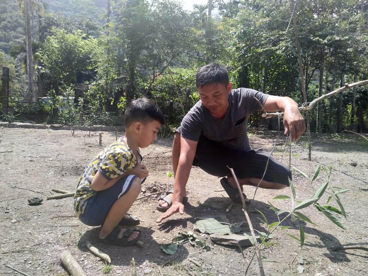 黑米闖關項目之一,獵人教導小朋友製作獵物陷阱。記者徐白櫻/翻攝