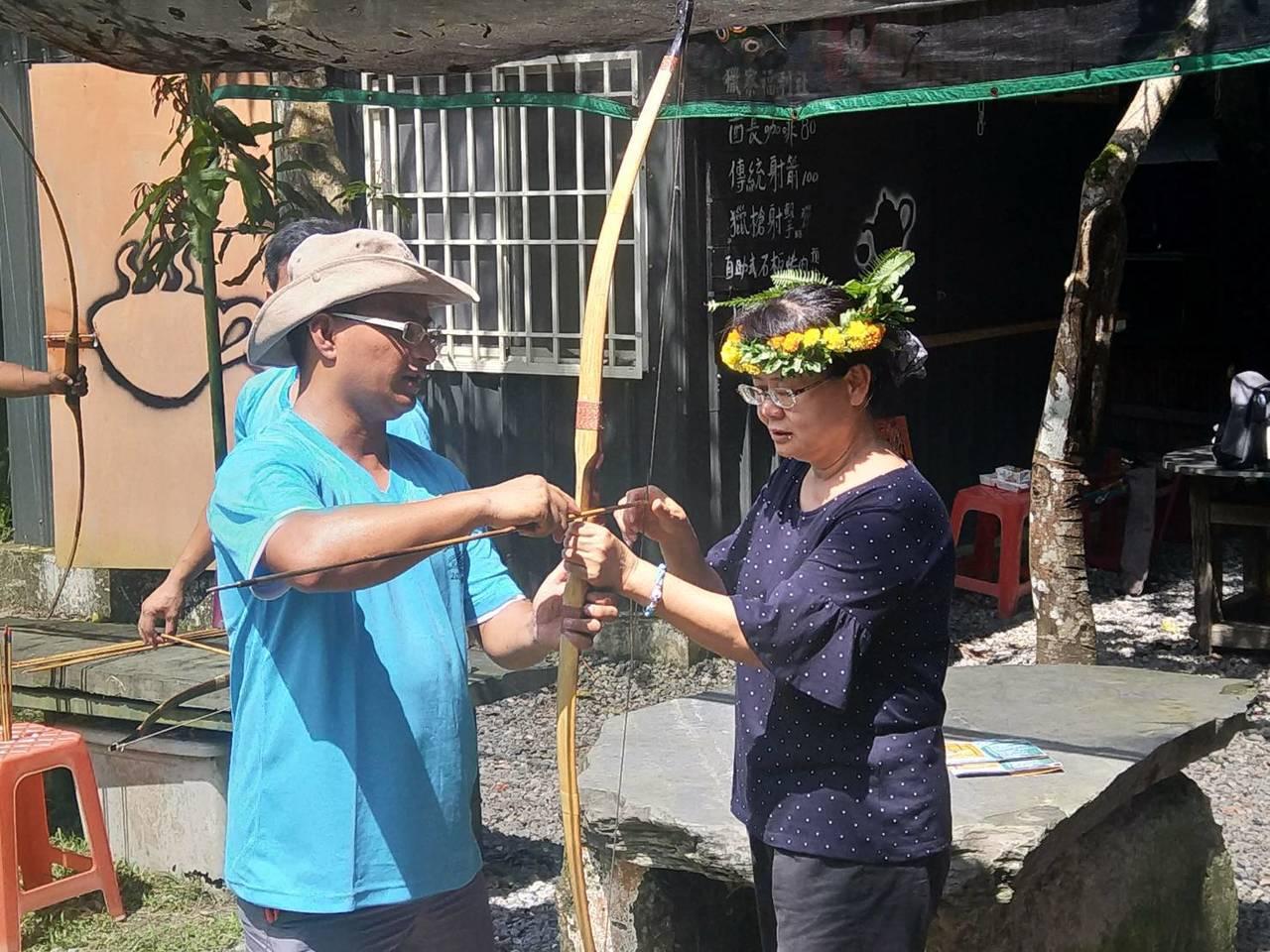 遊客學習原住民射箭技巧。記者徐白櫻/翻攝