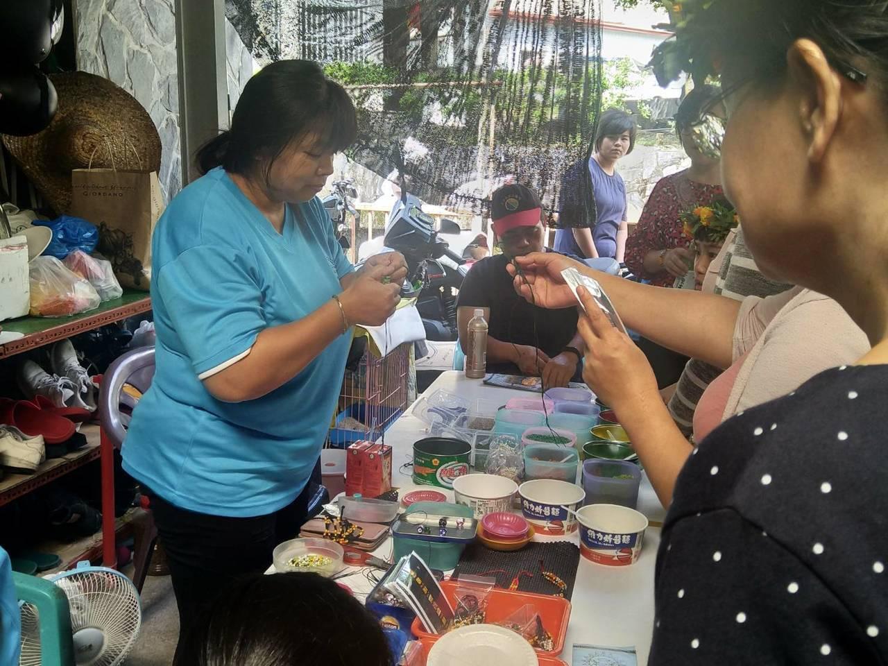 黑米闖關項目,多納部落婦女傳授串珠技巧。記者徐白櫻/翻攝