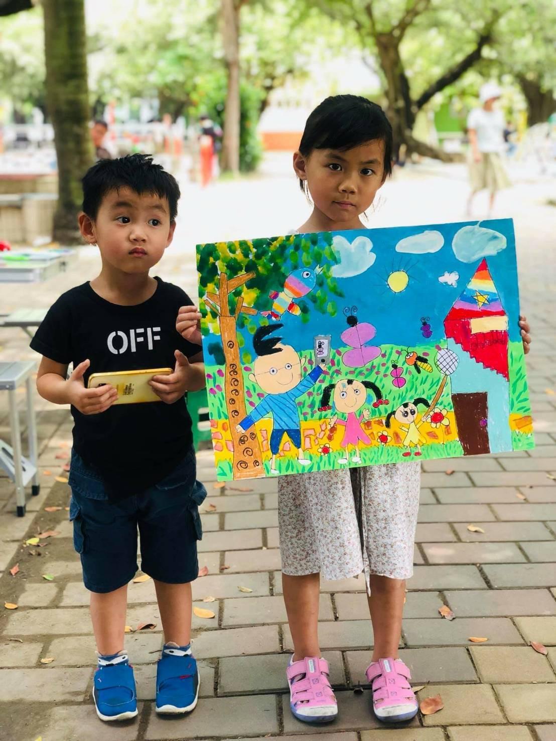 超可愛的小朋友,把所有想像盡情發揮在圖紙上,繽紛彩麗又生動,年僅5歲小小畫家「巧...