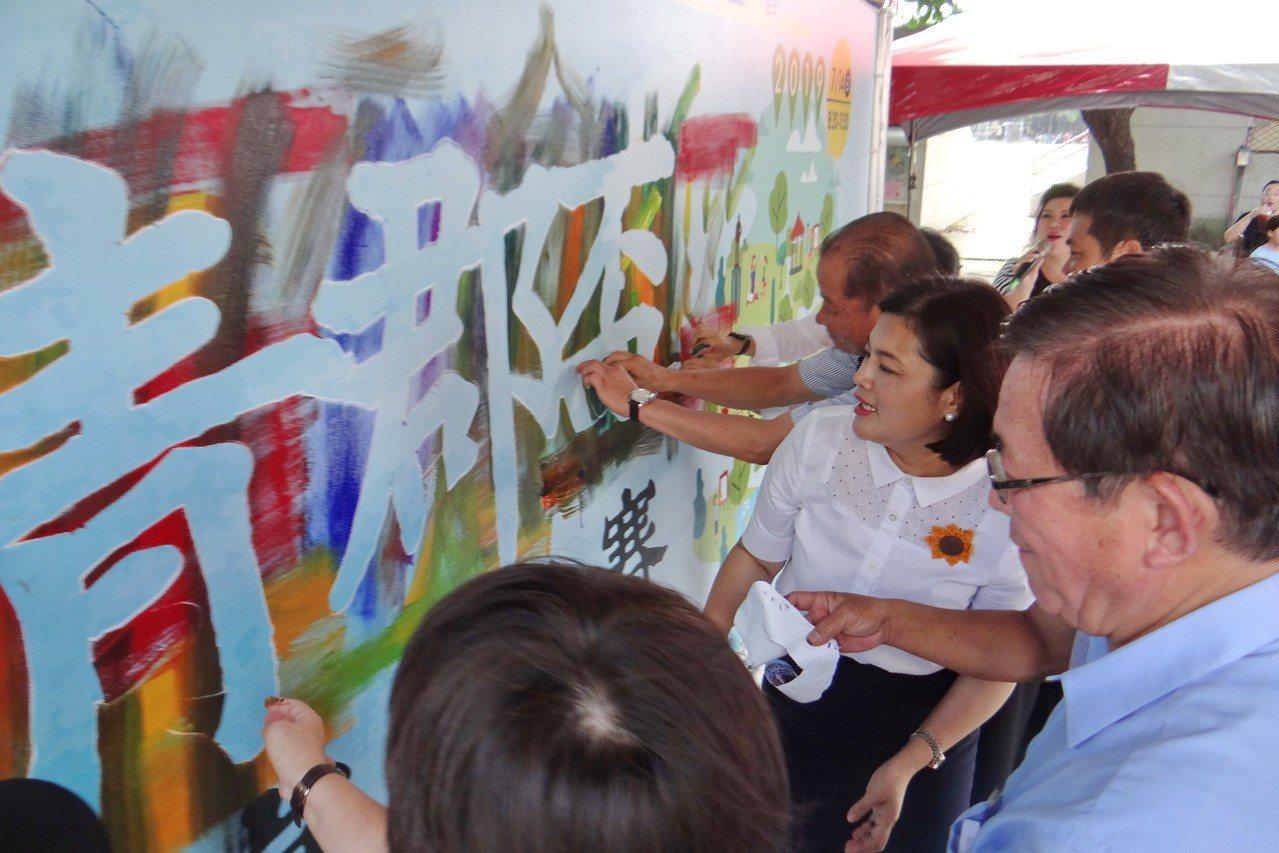 第一屆青郡盃兒童畫賽今天開賽,雲林縣長張麗善(右2)為畫賽揭幕。記者蔡維斌/攝影