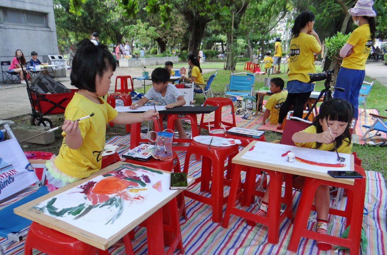 參賽的小朋友開心作畫。記者蔡維斌/攝影