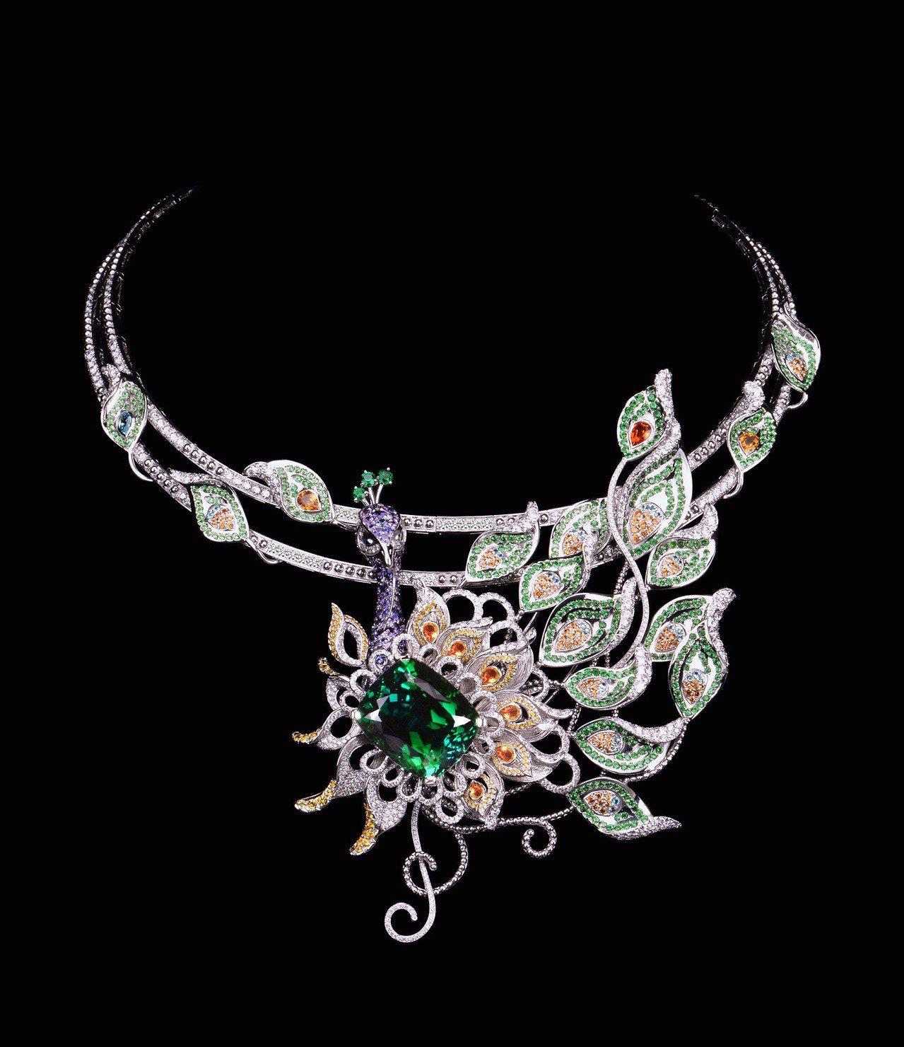 方國強歷時三年,打造出可轉換式綠孔雀頂級珠寶,使用翠綠色綠碧璽、錳鋁榴石、黃寶石...
