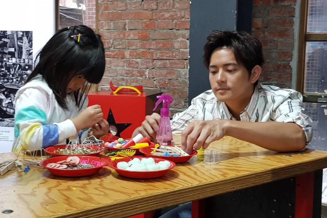 宥勝(右)帶女兒蕾蕾到「哇!馬戲團」兒童藝術工作坊。記者杜沛學/攝影