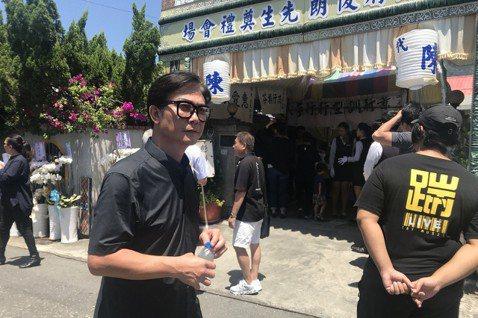 「孩子的書屋」創辦人、人稱「陳爸」的陳俊朗7月4日因心肌梗塞過世,享年55歲。14日在台東老家院子為他舉辦告別式,而日前才與陳爸相識的香港藝人錢小豪,也從香港搭機來台,當日上午10點抵達台東,親自送...