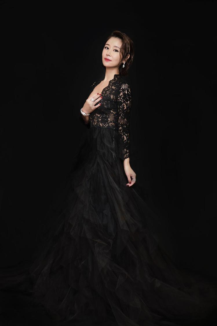 林心如以黑色鏤空禮服搭配寶格麗珠寶,現身台北電影節頒獎典禮紅毯,小露性感讓粉絲驚...