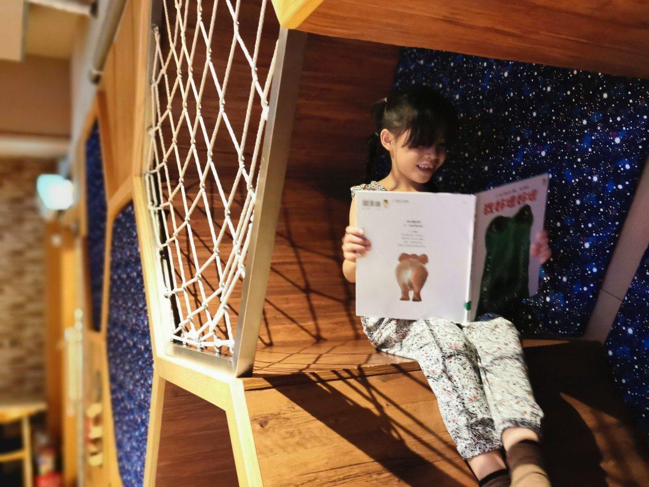 MONEYJUMP的蜂巢洞穴,小朋友躲在洞穴內看童話書,彷彿置身在童話故事裡。記...
