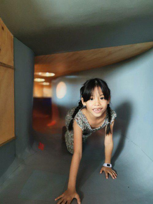 MONEYJUMP的躲貓貓隧道,讓小朋友與父母來場你追我躲的親子遊戲。記者韓化宇...