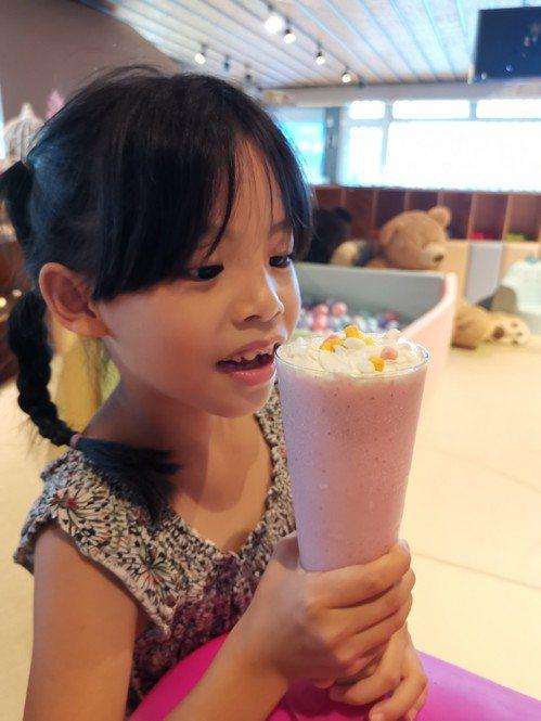 MONEYJUMP有各式各樣小朋友們最愛的奶昔。記者韓化宇/攝影