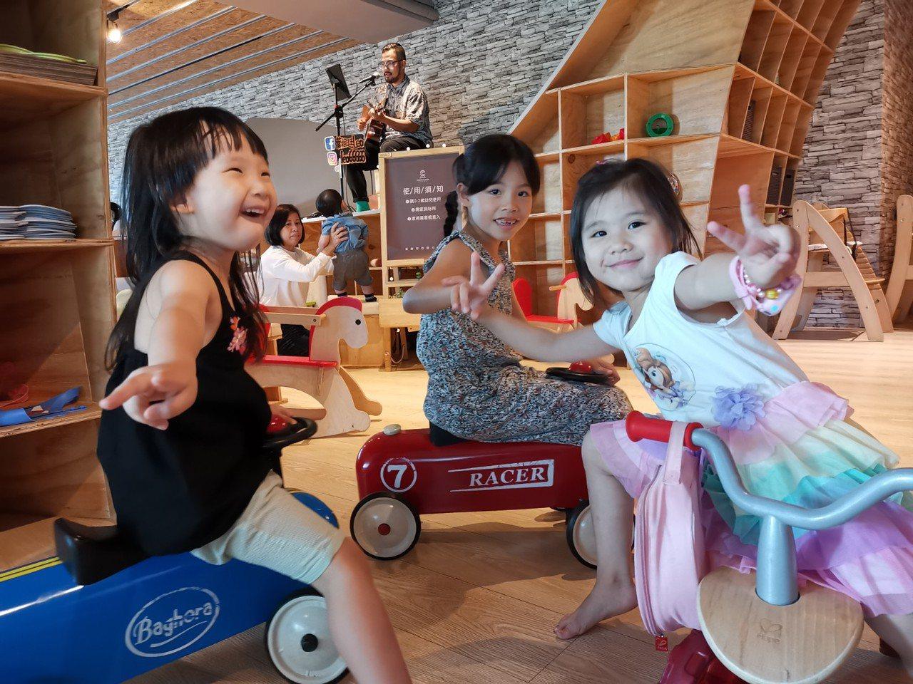 餐廳內有售價不斐的Baghera法國精品騎乘車,背後還有駐唱歌手,可說是誠意滿分...