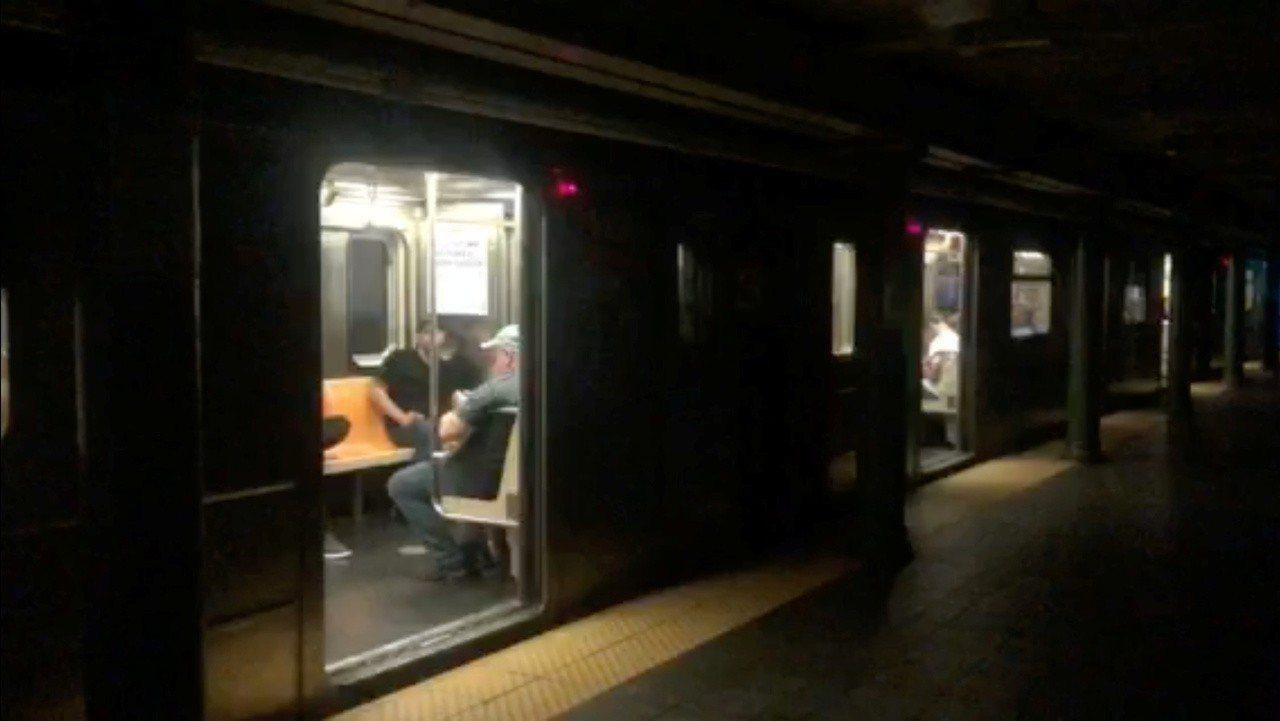 美國紐約曼哈頓市中城及上西區部分地區13日晚間發生大規模停電,電力公司聯合愛迪生...
